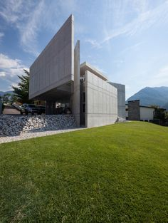 Image 12 of 36 from gallery of Swiss House XXXIV Galbisio / Davide Macullo Architects. Photograph by Alexandre Zveiger Modern Architecture House, Beautiful Architecture, Residential Architecture, Swiss House, Modern Architects, Modern Bungalow, Chrysler Building, Architect Design, Planer