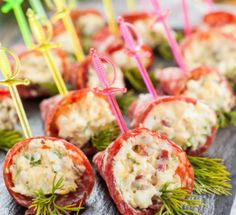 10 quick appetizers on the festive быстрых закусок на праздничный стол Do not limit yourself to the classics of the genre, but prepare original snacks that will turn the celebration into an extravaganza of taste! Quick Appetizers, Appetizers For Party, Appetizer Recipes, Quick Recipes, Cooking Recipes, Party Sandwiches, Buffet, Party Food And Drinks, Recipe For Mom