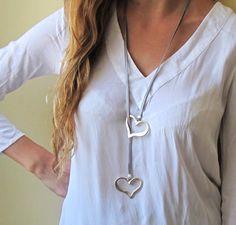 long collier de cravate en cuir gris avec deux coeurs en argent plaqué : Collier par galisjd