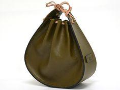 ソフトレザーを使用した巾着型のハンドバッグ。小振りなサイズで、オールレザーですがとても軽いのも特徴です。必要最低限を持って、サッと出かけるのに便利です。