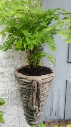 Hypertufa baskets – Artofit (Picture only) Diy Concrete Planters, Cement Art, Concrete Crafts, Concrete Projects, Concrete Garden, Garden Planters, Garden Crafts, Garden Projects, Flower Pots