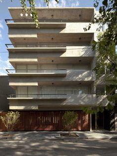 Mención | Bienal 2014 Colegio de Arquitectos de la Provincia de Buenos Aires | Categoría Vivienda Multifamiliar En un terreno de doble frente en La Lucila se implanta un volumen de hormigón que a través de un retiro lateral de cuatro metros permite desarrollar 4 unidades por planta en los primeros tres pisos y 6 …