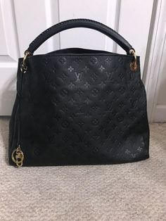 Product Line: Louis Vuitton Artsy. Product Line: Louis Vuitton Artsy. - Louis Vuitton engraved eyelets, rings and bag charm. - Embossed calf leather with smooth leather trimmings. Louis Vuitton Artsy Mm, Authentic Louis Vuitton, Louis Vuitton Handbags Black, Lv Handbags, Luxury Handbags, Designer Handbags, Designer Bags, Look Fashion, Fashion Bags