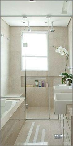 Banheiro pequeno com banheira e área para ducha
