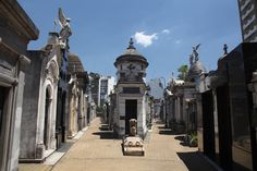 Esto es el cementerio de la recoleta. Tiene tumbas.