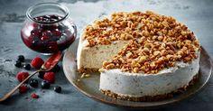 Risalamande forklædt som cheesecake - en nyfortolkning af julens dessertklassiker med ristede mandler og lun bærsauce.