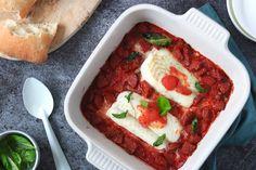 Vandaag staat er een soort van surf 'n turf op het menu: een gerecht waarin vlees én vis samenkomen.Wij hebben het overeen heerlijke ovenschotel metkabeljauwen chorizo.Mmmm… die twee gaan zo goed samen. Dit moet je echt een keer proberen! Met een kruidige tomatensaus erbij en eenverse ciabatta, is dit echt... I Love Food, A Food, Food And Drink, New Recipes, Healthy Recipes, Chorizo, Vegetable Pizza, Lasagna, Yummy Food