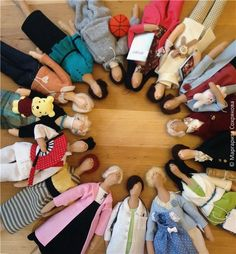 ....someone sure loves to create tilda dolls....and i so LOVE this pic with them all lined up in a circle!!....