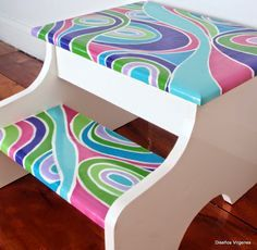 Diseños Vírgenes: Banquitos escalera pintados a mano Hand Painted Stools, Painted Chairs, Glass Painting Designs, Paint Designs, Funky Painted Furniture, Kids Furniture, Woodworking Projects Diy, Sewing Rooms, Diy Projects To Try