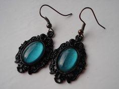 BOUCLES D'OREILLES CABOCHONS EN VERRE VERT NACRE : Boucles d'oreille par miss-jewels