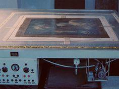"""Mesa caliente durante la realización de un entelado con adhesivo sintético. Foto del libro """"Restauración de cuadros"""" de Knut Nicolaus."""