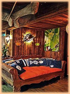 Sofá divã todo em madeira, item disponível no nosso site