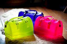 Furla é uma marca italiana de bolsas, acessórios e sapatos. O nome ficou popular em 2011, quando um modelo de bolsa em específico foi (e ainda é!) muito usado por blogueiras famosas, como Chiara e Betty: a Candy Bag. A bolsa tem um tamanho médio, mas as características que mais chamam a atenção são as muitas opções de cores, o material utilizado e a transparência (pelo menos em algumas).