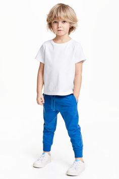 Pants in soft, organic cotton jersey. Elasticized drawstring waistband, side-seam pockets, and ribbed hems. Boy Haircuts Long, Baby Boy Hairstyles, Toddler Boy Haircuts, Boys Long Hairstyles, Toddler Boy Fashion, Fashion Kids, Toddler Boy Long Hair, Baby Boy Outfits, Kids Outfits