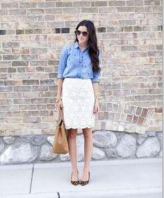 白のタイトレーススカートとシャツ着こなしコーデ