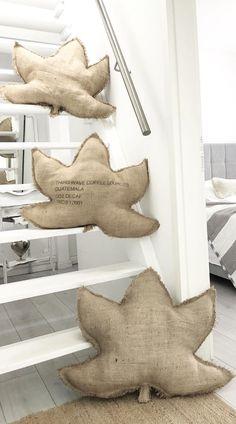Art Textile, Autumn Nature, Home Trends, Decorative Pillows, Burlap, Dinosaur Stuffed Animal, Sweet Home, Creations, Sewing