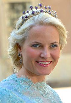 La Princesse Mette Marit porte ce diadème d'améthystes depuis la naissance de la Princesse Ingrid Alexandra. C'est un cadeau du Roi Harald à la Reine Sonja pour leur 25ème anniversaire de mariage