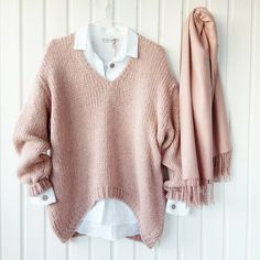 Discover recipes, home ideas, style inspiration and other ideas to try. Audrey Hepburn Style, Jumper Shirt, Mixed Girls, Boyfriend Shirt, Hip Hop Fashion, Color Rosa, White Outfits, Cozy Sweaters, Timeless Fashion