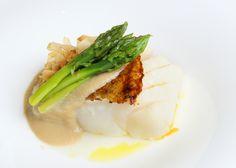 Hoy para comer os proponemos lomo de bacalao a la plancha con crema de coco, katsuobushi y espárragos trigueros. Una de las propuestas gastronómicas de la carta del Restaurante Aragonia Palafox en Zaragoza.