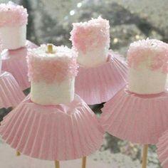 Bailarina de marshmallow, palito de churrasco e forminha de cupcake