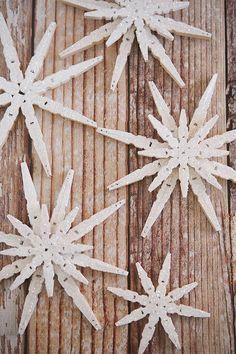 Glittered Clothespin Snowflakes, #craft, diy, recycle, X-mas, Christmas, children, elementary school, #knutselen, kinderen, basisschool, Kerstmis, ster van wasknijpers