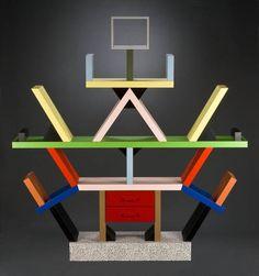 Carlton boekenkast van Ettore Sottsass (1981). Ontworpen voor de Memphis groep. Stijl = Postmodernisme.