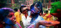 Έτσι γιορτάζουν την άφιξη της Άνοιξης στην Ινδία. Οι κάτοικοι ντυμένοι στα λευκά ξεκινούν πόλεμο χρωμάτων. Μπαίνουν στο ποτάμι, γιορτάζουν τρελά, πανηγυρίζουν το Holi, την υπέροχη άνοιξη. | Ειδήσεις και νέα με άποψη http://www.iefimerida.gr/node/147840/