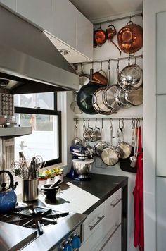 rangement gain de place dans la cuisine- batterie et ustensiles suspendus
