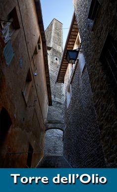 copyright pic nicoletta di cicco pucci. Annessa al cinquecentesco Palazzo Vigili, è la torre più alta della città e trae il suo nome dall'antica consuetudine difensiva consistente nel gettare dalla sommità delle torri l'olio bollente sugli assalitori. Included in the bulk of the 16th-century Palazzo Vigili, the highest tower in town got its name from the old habit of pouring boiling oil from the top of the tower to repel the invaders.