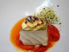 His Majesty the cod, mousseline au gratin with soft pear and tomato jam Salmon Recipes, Fish Recipes, Tapas, Michelin Star Food, Modern Food, Weird Food, Food Decoration, Molecular Gastronomy, Food Humor