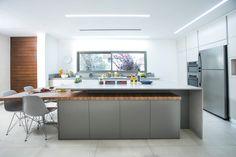 מטבח אורבני בעיצוב של דנה ינאי - תכנון ועיצוב פנים   מטבחי זיו Kitchen, Furniture, Home Decor, Table, Cooking, Decoration Home, Room Decor, Kitchens, Home Furnishings