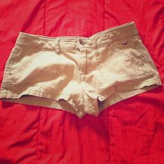 Hollister khaki shorts Awesome condition! Worn handful of times. No flaws. Little but of stretch to them. 98% cotton 2% elastane Hollister Shorts Jean Shorts