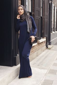 Hijab Fashion 2016/2017: Sélection de looks tendances spécial voilées Look Descreption Long Basic Navy Dress + Mesh Print Hijab   INAYAH www.inayahcollect.