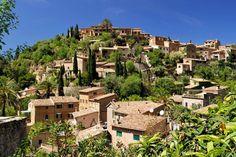 Hier ist Mallorca ganz anders: Deià, ein winziger Flecken an der Nordwestküste. Ein Künstlerdorf, nur einen Steinwurf vom Mittelmeer entfernt. Wildromantisch, verträumt. Und ein bisschen dekadent...
