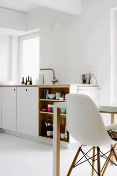 Get the apartment decorating tricks to let you apartment space look more spacious and elegant. Basic Kitchen, New Kitchen, Kitchen Dining, Construction Design, Little Houses, Small Apartments, Kitchen Interior, Home Kitchens, Architecture Design