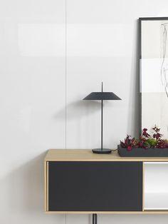 Se reducen las líneas y el espacio se expande. Las esencia de la arenas más luminosas en el porcelánico de gran formato XLIGHT MAKER, el lienzo perfecto para notas de color en #interiorismo. - #Diseño #Arquitectura #Architecture #Interiorism #Contract #Offices #Inspiration #Tiles #White #Grey #Minimal #Decor #Red #Black