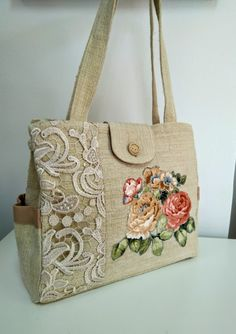 Handbags and Purses Make or Break an Outfit Fabric Tote Bags, Denim Tote Bags, Fabric Handbags, Crochet Handbags, Crochet Bags, Diy Bags Purses, Purses And Handbags, Lace Bag, Painted Bags