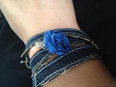 Armband van spijkerstof met hand gemaakt roosje en bedeltje! Lekker voor mezelf maar ook voor jou kan ik er een maken hoor....!
