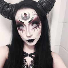 Looking for for ideas for your Halloween make-up? Browse around this site for cool Halloween makeup looks. Looks Halloween, Halloween Cosplay, Halloween Face Makeup, Halloween Costumes, Scary Halloween, Scary Witch, Ghost Makeup, Witch Makeup, Demon Makeup