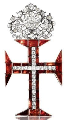 An 18th century white topaz, garnet and gold Cross of the Portuguese Order of Christ, circa 1790. The pendant cross calibré-set with closed-back foiled garnets, accented with a cushion-shaped white topaz section, suspended from a white topaz floral surmount, mounted in silver gilt, length 9.8cm, fitted case by Elkington & Co.  #TopazGarnetCross #TresorsDuJour