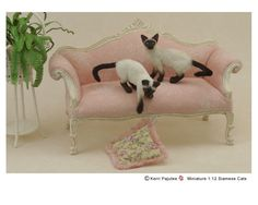 Kerri Pajutee realistic miniature animal sculptures for the dollhouse enthusiast or impassioned collector. Miniture Animals, Felt Animals, Animals And Pets, Needle Felted Cat, Needle Felted Animals, Cute Little Things, Mini Things, Siamese Cats, Ragdoll Kittens