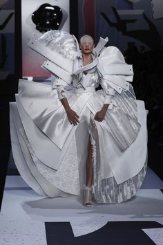 Ain't no one gonna sit by me on the bus! by Viktor & Rolf Avangard Fashion, Weird Fashion, Couture Fashion, Runway Fashion, High Fashion, Fashion Show, Luxury Fashion, Victor And Rolf, Ugly Dresses