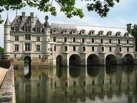 Château de Chenonceau - west facade over Cher- En 1556-1559, Catherine de Médicis fit construire par Philibert Delorme un pont enjambant le Cher, et un jardin clos de terrasses sur la rive droite du Cher. Les 3 premiers dessins d'A. du Cerceau témoignent du travail accompli en une 20° d'années pour multiplier les jardins autour du chateau: en 1551, sur la rive droite du Cher à l'est de la plate-forme, un jardin rectangulaire, entouré d'une chaussée quadranguaire.