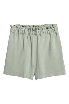 Short, high-waisted, wide shorts in a viscose weave. Elastication and a gathered edge at the top, and side pockets.