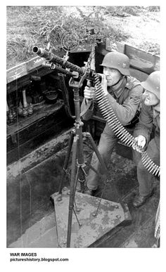 Bundesarchiv Bild Atlantikwall, Soldaten mit Flak-MG - Category:Atlantic Wall in France - Wikimedia Commons German Soldiers Ww2, German Army, American Soldiers, Nagasaki, Hiroshima, Luftwaffe, Mg34, Ww2 Propaganda Posters, Germany Ww2