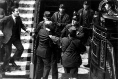 Fotografía de archivo (Madrid, 23/02/1981) del entonces presidente del Gobierno Adolfo Suárez (i), que intenta socorrer al vicepresidente y teniente general Gutiérrez Mellado (2i), zarandeado por un grupo de guardias civiles en presencia del teniente coronel Tejero (d), en el intento de golpe de Estado del 23F.