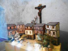 Cruz y casas típicas de la Sierra de Francia. Capilla del lado del Evangelio. Santuario de la Peña de Francia.