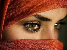 Indian women are famous for their striking eyes, thanks to kohl eyeliner. Kajal, commonly known as kohl, is made by mixing ashes and oil. While the eyeliner makes the eyes pop, people traditionally used it to deflect sunlight in the desert. World Most Beautiful Woman, Most Beautiful Eyes, Beautiful Ladies, Beautiful Pictures, Best Beauty Tips, Beauty Hacks, Arabian Eyes, Arabian Women, Golden Eyes