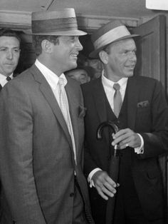 Frank Sinatra Arriving at Heathrow Airport with Dean Martin, August 1961 Lámina fotográfica en AllPosters.es