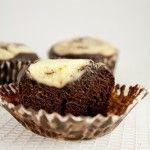 Découvrez les Black and White Muffins ! J'ai beaucoup apprécié cette recette, facile à faire pour un résultat plus que bon.  Le muffin est composé d'un appareil au chocolat et d'un autre à base de philadelphia, ce qui donne deux texture à votre muffin: une très moelleuse (au chocolat) et une très onctueuse (au philadelphia).  Découvrez toutes les recettes d'Aude sur son délicieux blog J'amène le dessert.